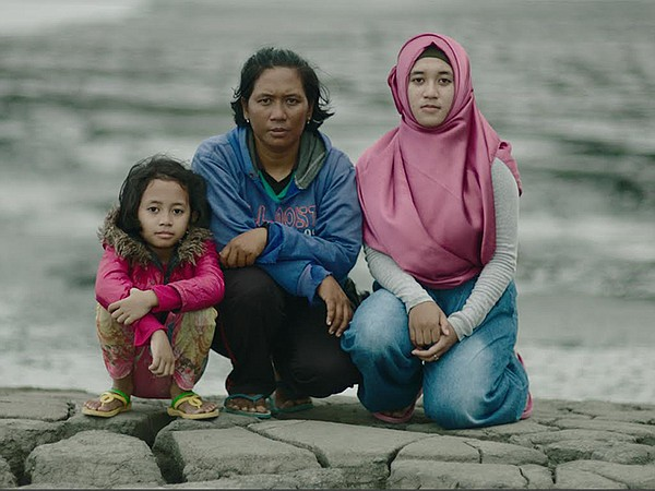 Dian with her Sister Katrin and Mother Harwati.