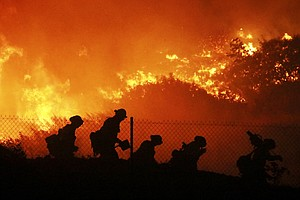 Photo for Authorities Order 100,000 Evacuated In Los Angeles Wildfire