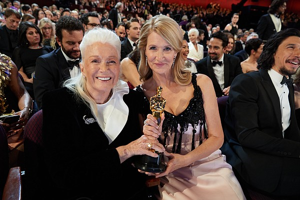 Diane Ladd and Laura Dern pose with the Oscar® for Actres...