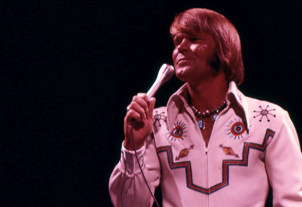 Country-pop legend Glen Campbell performs