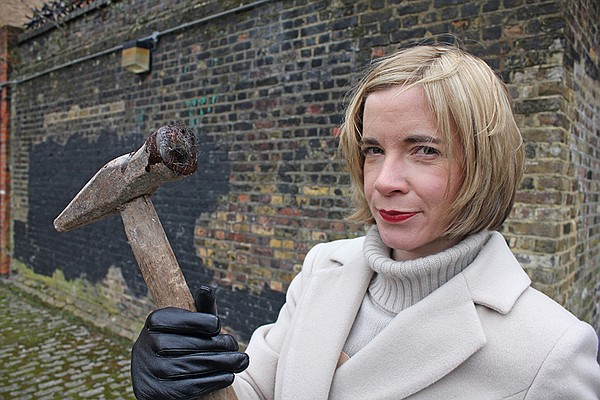 Lucy Worsley with Ratcliff Highway murder weapon in A VER...